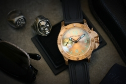 Embrace the aging case and dial of the Nethuns ORO BRONZO